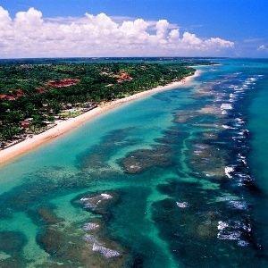 Distante apenas quatro quilômetros de Porto Seguro, na Costa do Descobrimento, Arraial D'Ajuda revela uma mistura de sotaques que lembra outros vilarejos t...