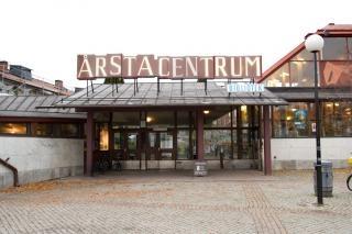 Årsta bibliotek ligger i Årsta centrum, cirka tio minuters resa med buss 160 eller tvärbana från Gullmarsplan eller Liljeholmen. Vid resa med tvärbana gå av hållplats Valla Torg och promenera cirka fem minuter i riktning mot Årsta Torg. Årsta centrum som är Q-märkt, färdigställdes 1953 och planerades av arkitekterna Erik och Thore Ahlsén.