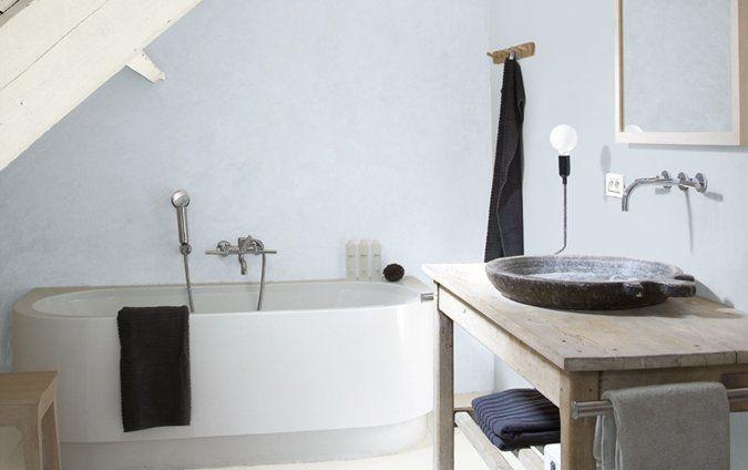 Een landelijke badkamer met lichtblauwe verfkleuren
