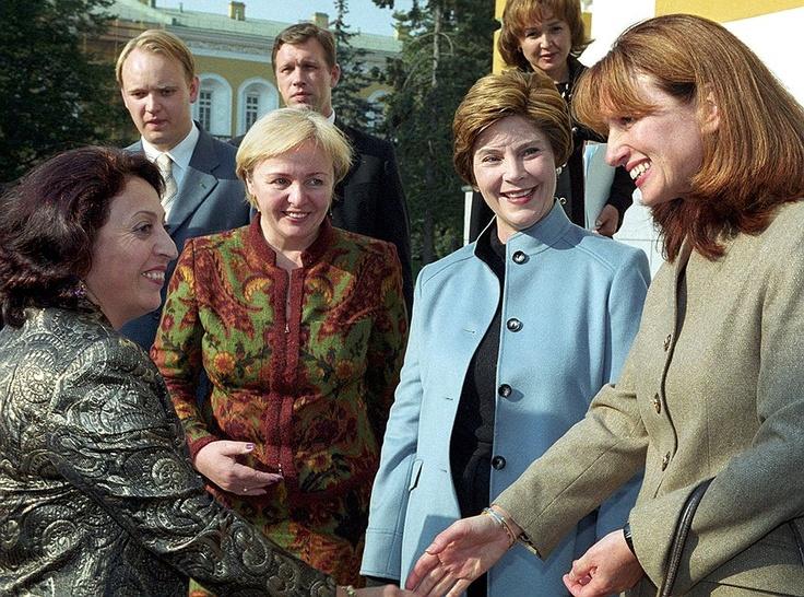 Слева направо: супруга президента Армении Белла Кочарян, Людмила Путина, супруга президента США Лора Буш и супруга президента Болгарии Зорка Пырванова в Кремле. 2003 год