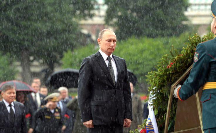 Путин возложил цветы, несмотря на проливной дождь » ПОЛИТИКУС - Politikus.ru