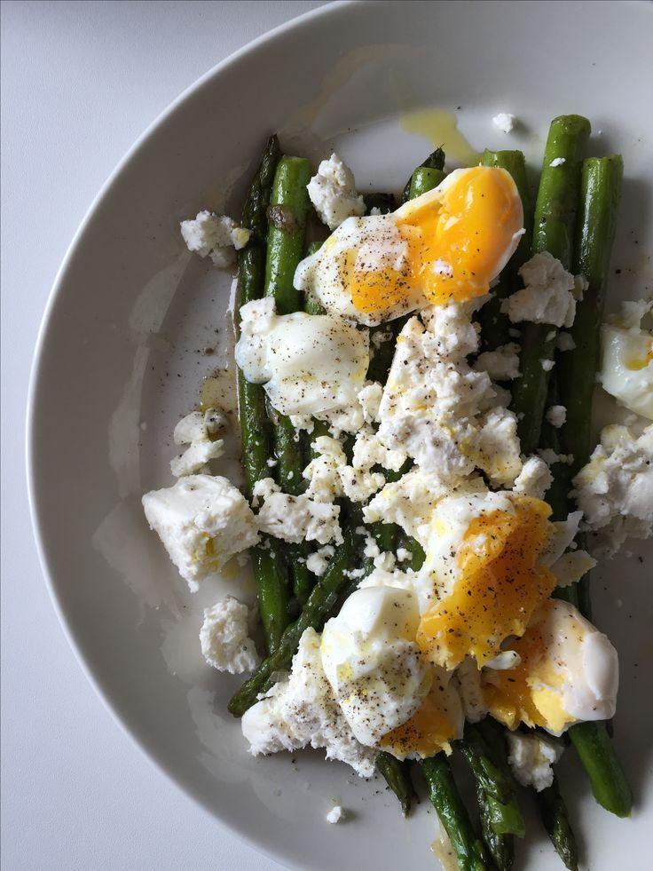 Groene asperges met feta en zacht gekookt ei