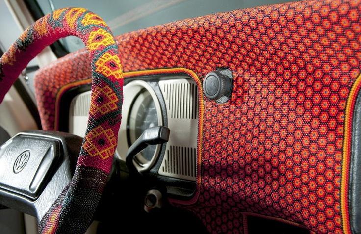 #Vocho Los artistas indígenas huicholes, invirtieron más de nueve mil horas de trabajo y utilizaron 2 millones 277 mil de lentejuelas, tela y adornos coloridos, para representar la variedad del arte popular mexicano | EFE/Alejandro Piedra Buena