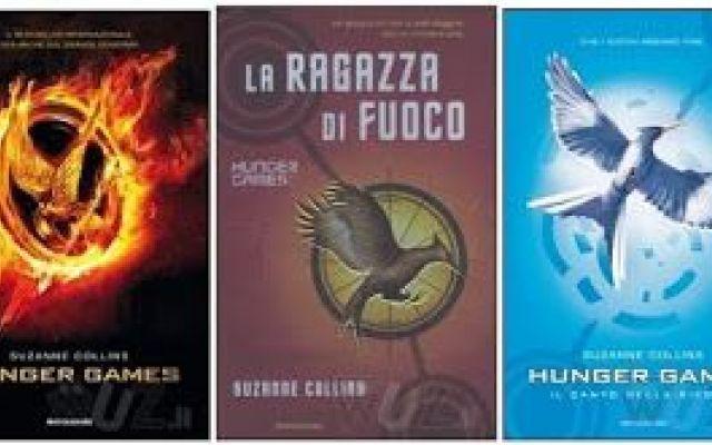 Libri: Hunger Games Trilogia di Suzanne Collins La trilogia di libri Hunger Games, di Suzanne Collins, è stata pubblicata nel 2013 dalla Mondadori per il genere fantasy al prezzo di 13 euro per ogni libro.  La storia si svolge in un futuro post-a #libri #book #trilogia #hungergames