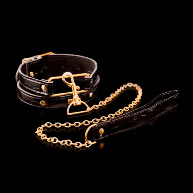 COLLAR CON CORREA FETISH FANTASY ORO. Lujoso Collar para tus Juegos Secretos de BDSM. Fabricado con cuero de alta calidad, con gruesa cadena de metal y una anilla situada en la parte de la nuca. Precio: 29.70€.