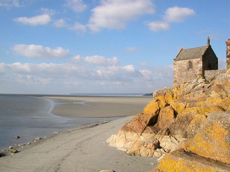 Mont-Saint-Michel - az óceán piramisa - Régen csak apály idején lehetett megközelíteni, így a csendes elszigeteltség a szigetre vonzotta a szerzeteseket, akik hamarosan kis kápolnát építettek itt.