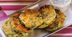 Mücver heißen die herzhaften Puffer auf Türkisch. Sie gehören zu den unzähligen Varianten der Mezeler, der Vorspeisen, für die die türkische Küche ...