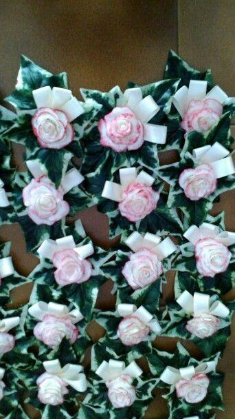 Decorazione con rose fatte con la pasta al mais e foglie di seta