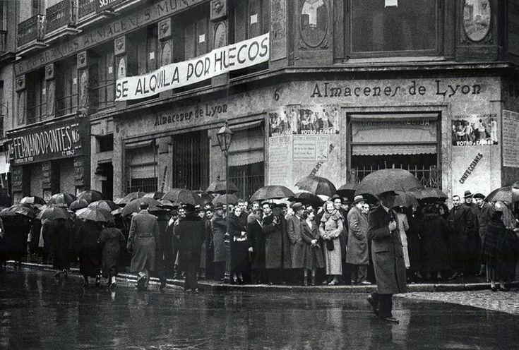 Colas para votar en las elecciones generales que otorgarán el triunfo a las candidaturas del Frente Popular. 16 febrero, 1936