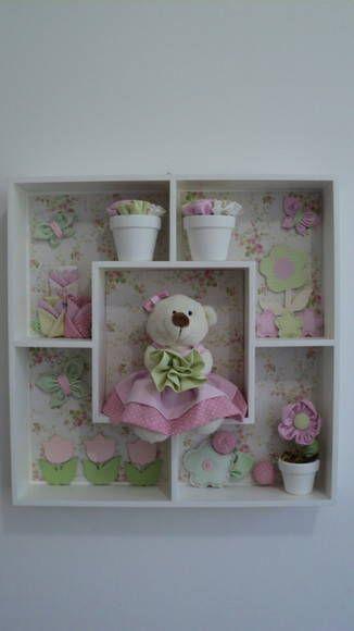 Quadro estilo cenário com Ursa rosa no jardim. Produzimos em outras combinações de cores. R$ 250,00