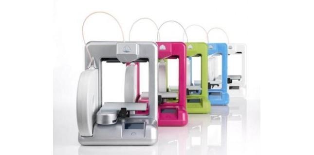 À l'occasion du CES 2013 3D Systems a présenté la nouvelle version de son imprimante 3D grand public, la Cube 3D. Beaucoup de nouveautés au programme et surtout une imprimante moins dangereuse. (c) CNet