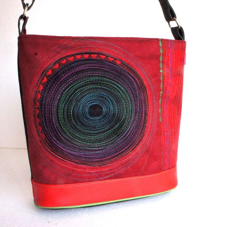 """Kabelka+Červená+srdcovka+Originálna,+nevšedná,+praktická,+na+formát+A4+....+Kabelka,+do+ktorej+sa+vojde+aj+formát+A4,+je+vyrobená+z+kvalitných+poťahových+materiálov+(textília+s+jemným+semišovým+povrchom,+koženka)+je+vytvorená+s+použitím+vlastného+návrhu+a+strihu+a+doplnená+autorskou+""""strojokresbou""""+(štepovanie,+aplikácie).+Kabelka+je+pevná,+všetky+časti+sú..."""