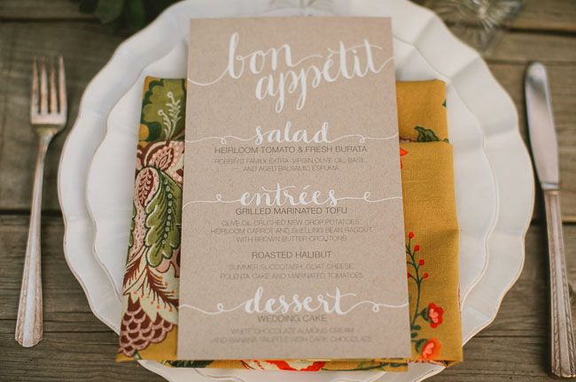 decoração de jardim para casamentos - Aproveite as cores da decoração nos guardanapos e cardápio também. Todos esses detalhes precisam combinar e passar a mesma atmosfera.