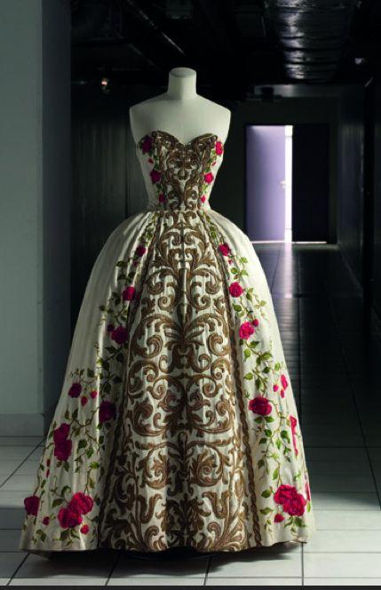 """* Pierre BALMAIN """"Antonia"""" robe du soir printemps-été 1954 Satin """"Orlon"""", broderies de fils de soie, fils métalliques et cellophane, application de fleurs en mousseline de soie"""