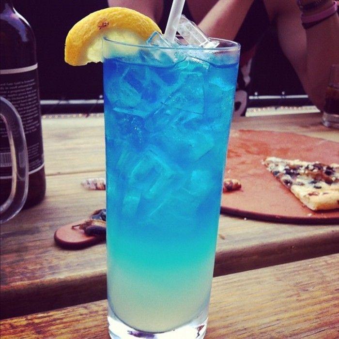 Azul hawaiano cóctel nombre, el nombre de Inglés: BlueHawaii; Material: LightRum45ml ron ligero, azul cítricos BlueCuracao20ml vino, PineappleJuice60ml jugo de piña, coco Xiang Tianjiu CoconutLiqueur15ml.  Métodos: Coctelera Añadir la mitad del hielo, luego verter los materiales anteriores juntos después de agitar, verter en el antiguo vaso lugar (anticuada) Copa