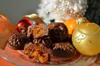 Регинины конфеты 3 средних морковки, 2 больших апельсина, 500-600 г сахара, ванилин,  горький шоколад, ром  Апельсины и морковь перемалываем на мясорубке Добавляем сахар, ванилин, все хорошо перемешиваем и ставим на средний огонь варится.так примерно 40 минГотовый джем мы раскладываем не очень тонким слоем на пергамент: И ставим в духовку запекаться - 100-120 градусов.на час даем остыть и лепим конфетки.Окунаем в шоколад и даем застыть.