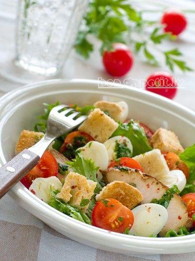 Zaļie salāti ar vistu.   Vistas giross, salātu lapas, cherry tomātiņi, ola, maizes grauzdiņi, olīveļļa, etiķis, ķiplokdaiviņa, pētersīļi
