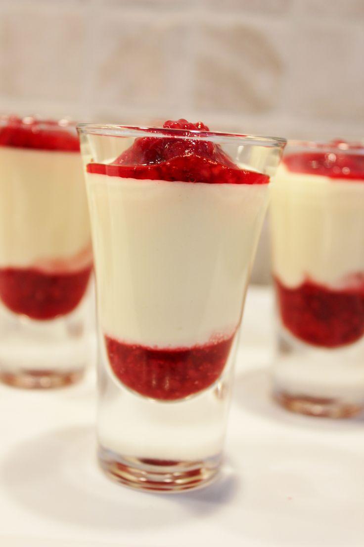 Hvit sjokolademousse med bringebær, nydelig dessert til konfirmasjon, dåp, bryllup og fest. www.pynttilfest.no