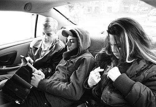 Antoine Olivier Pilon, Anne Dorval et Xavier Dolan sur la banquette arrière d'un taxi. L'aspect-ratio étroit du film permettait à Xavier Dolan d'être assis entre les deux personnages dans leurs gros plans respectifs sans être vu