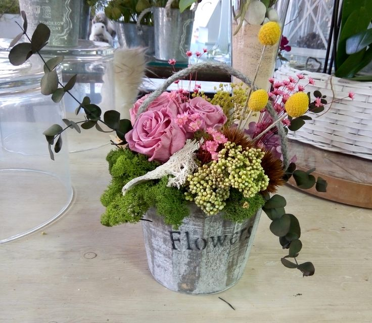 Cubo de flores preservadas y secas. / Bucket with preserved and dried flowers.