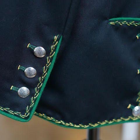 Ermsplitt og ryggsplitt på jakke til Hardanger herrebunad. #sidserksystue #hardangerbunad #hardangerherrebunad #herrebunad