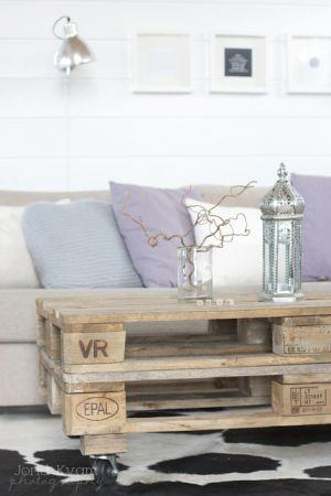 Leuk zo die tafel van pallets en de zacht paarse kussens op de bank!