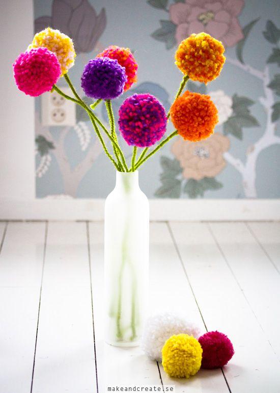 Pompom-blommorInspirerad avPysselbolagethar jag gjort ett fång blommor av garnbollar. Barnen var också med på ett hörn och numera görs det garnbollar på löpande band...
