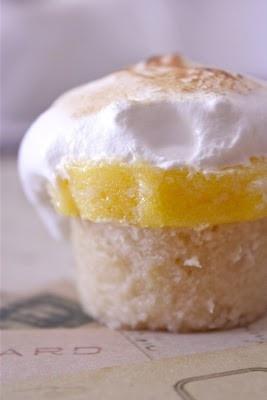 Lemon meringue cupcakes: Desserts, Pies Cupcakes, Lemon Meringue Cupcakes, Recipes, Lemon Pies, Baking, Meringue Pies, Living Events, Lemon Meringue Pie