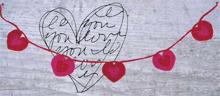 Voor Valentijnsdag versieren we het huis met deze gehaakte hartjesslinger. Ook kan je hem natuurlijk cadeau doen aan jouw Valentijn! Want, een zelfgemaakt cadeau is nóg specialer! Kijk voor de gratis werkbeschrijving op onze site: http://www.craftkitchen.nl/blog/99/gehaakte-hartjesslinger