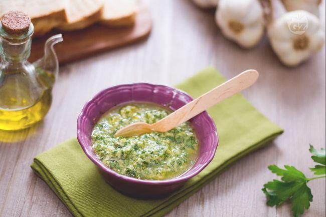 La salsa verde, o bagnet Verd, è una ricetta tipica piemontese. Perfetta per accompagnare il bollito di carne, i tomini e anche i crostini di pane.
