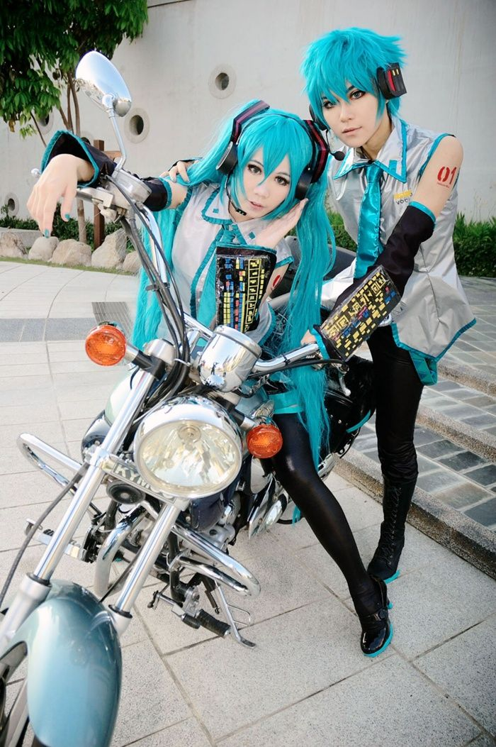 Great Hatsune Miku and genderbend Hatsune Miku (I am almost 100% sure I spelled that wrong) I wish I could do this!