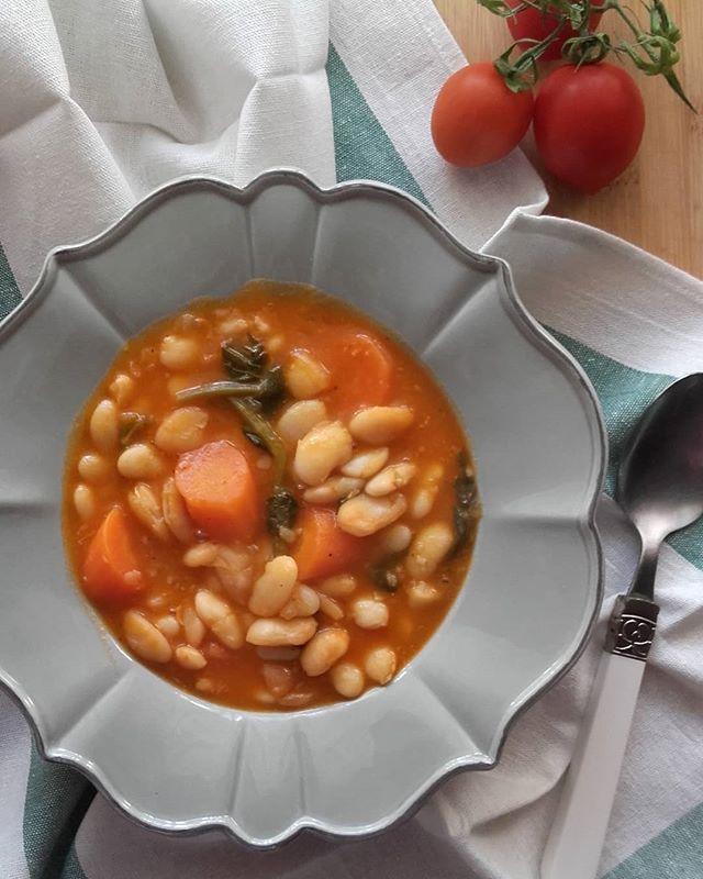 """Μπορεί να βγήκε ο ήλιος, να έχει ωραία μέρα, αλλά εγώ την είχα επιθυμήσει 😉😉Φασολάδα !!! Απλά πράγματα !!!.Bean soup for lunch!!! Greek food """"fasolada"""".Healthy & yummy!!!. #lunch #fasolada #beansoup #greekdiet #greekfood #bean #φασολαδα"""