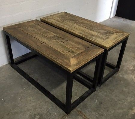 het tafelblad waarbij 1 plank omringd wordt door andere planken
