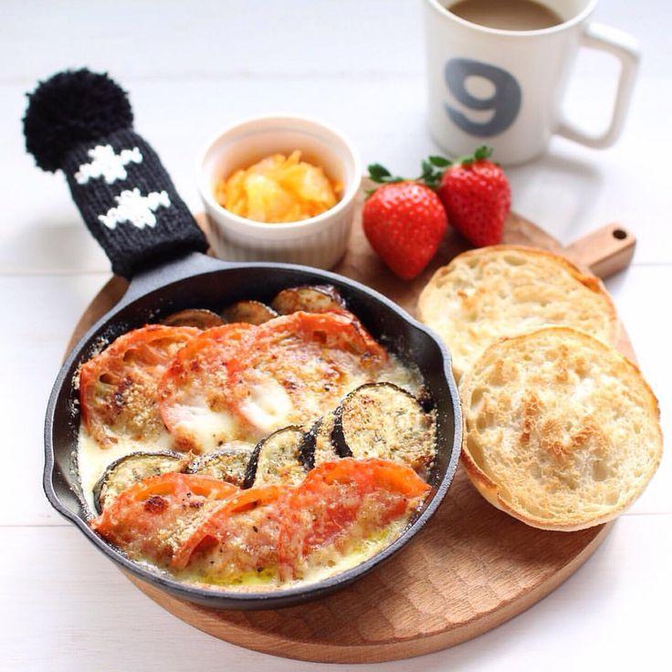 「* 2015.12.30☀︎ . カリカリに焼いたイングリッシュマフィンと なすとトマトのモッツァレラチーズ焼きで おはようございます。 . 朝からボリューミーすぎたので お昼は軽めにしよう、そうしよう。 . . それにしても今年もあと2日って 信じられない…! 色々作業中で年末感ゼロです . 今日も良い1日を♫ . . .」