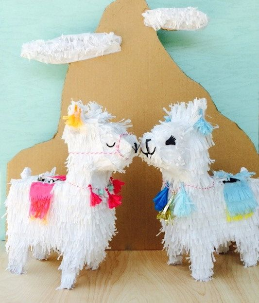 Lama de Como de soi ? Cette piñata Lama chéri serait parfait pour votre prochaine fête sur le thème Bohème ! Orné de franges et pompons tout comme
