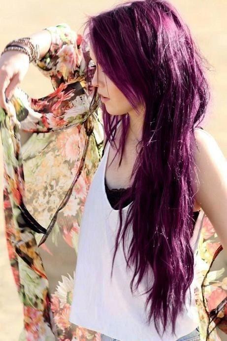 O hasta de color púrpura intenso. | 21 Chicas que te inspirarán a dejarte el cabello largo