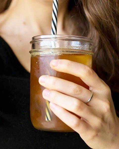 Stimolare il metabolismo! Come funziona? Naturalmente con il nostro dea_ _! Il Basilico indiano, il tè verde al mate ed i chicchi del caffè verde non sono solo buoni, ma stimolano anche il metabolismo. L'estratto OB-X® di gelso, melissa e artemisia combatte in maniera efficace il grasso viscerale più ostinato, conosciuto anche come 'grasso addominale'. Come si beve questa bevanda detox? Aggiungete 0,75 litri d'acqua (calda o fredda) ad un dea_ _ e bevetelo durante la giornata.