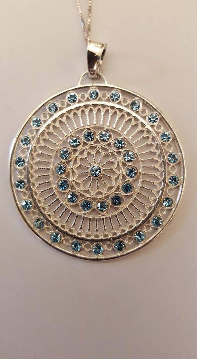 Rosone con cristalli azzurri