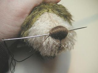 I thought this was interesting....I'll try it! How to embroider a bear nose --------------- ! Cómo bordar una nariz oso