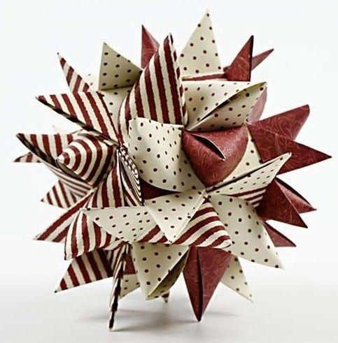 Stor stjerne lavet af 12 flettestrimler. Udfordrende at kreere, men er hele umagen værd. En traditionel julestjerne laves af 4 stjerner - men her har du chancen for at imponere julegæsterne med en fir-dobbelt stjerne. Princippet er det samme. Klip enderne spidse før du går igang. Så er de nemmere at flette ind i hinanden. Stjernen herunder er lavet af varenr CC_22248 (Copenhagen flettestrimler)
