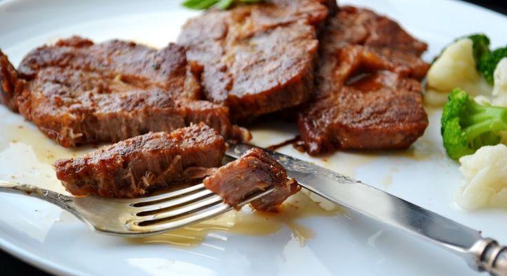 Ez az étel valami fantasztikus! A hús ízes és puha, nem lehet eleget készíteni belőle! Hozzávalók: 6 szelet sertéskaraj vagy tarja, 6 gerezd fokhagyma 2 evőkanál paradicsompüré fél teáskanál rozmaring fél teáskanál bazsalikom 1 teáskan...