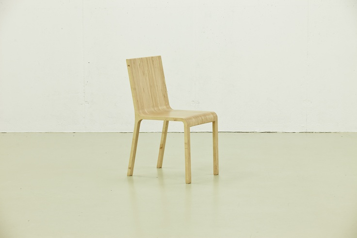"""Combina Grafica Chair - Design Alexe Popescu & Radu Manelici - Un scaun care foloseste o singura foaie de placaj multistratificat. Niciun element de imbinare vizibil, de unde o forma aparent """"turnata""""in lemn. Fanta prezenta  pe spatele spatarului permite mutarea scaunului cu o singura mana. Folosirea in cant a placajului ofera un desen unic al suprafetelor pentru fiecare scaun executat. Placaj multistratificat de mesteacan, tije metalice."""