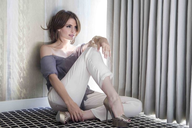 Stana Katic's Feet << wikiFeet