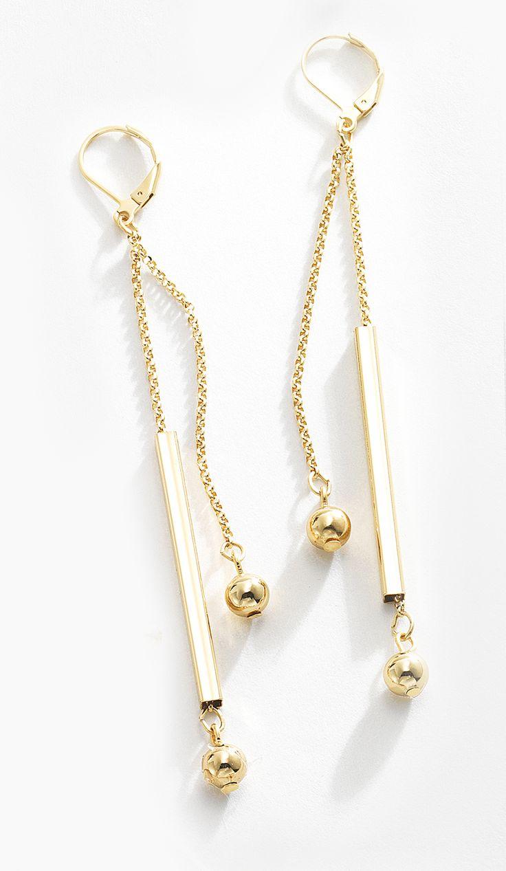 El complemento perfecto para cualquier atuendo de día o incluso un elegante conjunto de noche. Estos aretes brillantes destacan con sus piedras de cristal, elaborado en 4 baños de oro de 18 kt. Lúcelos mejor con el collar 116395 y la pulsera 116394. Modelo: 116393