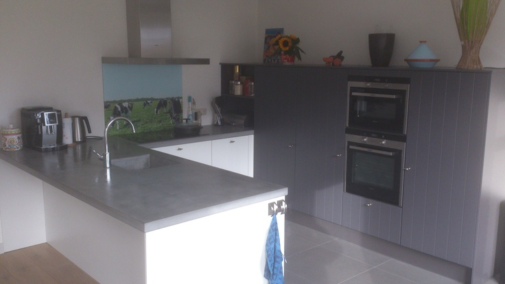 Keuken Antraciet Mat : keuken met een mat wit lamelfront, betonnen blad, antraciet