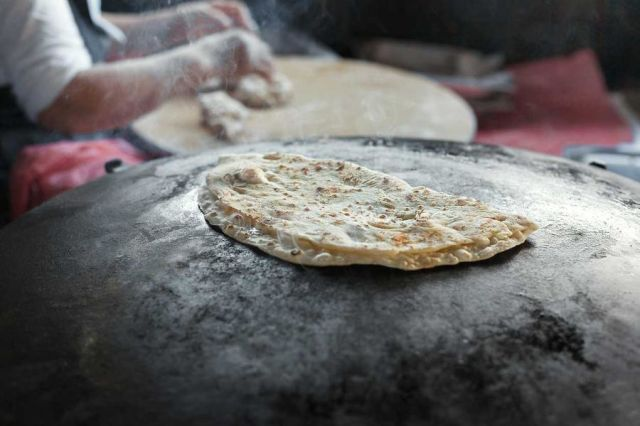 Hemligheten bakom gáhkku: Så bakar du det samiska tunnbrödet – direkt i pannan | Land