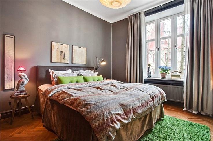 Rymligt sovrum med platsbyggd klädförvaring