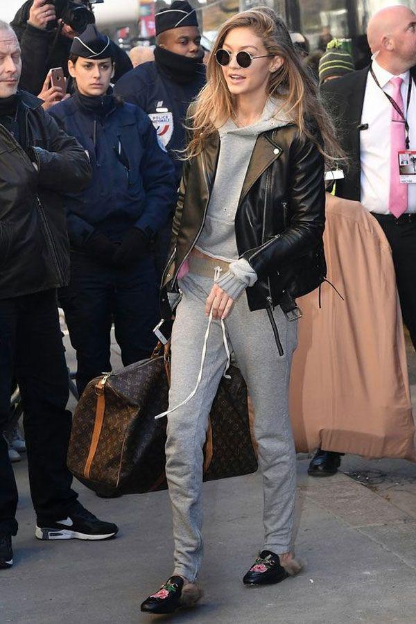 Gigi Hadid prova que calça de moletom e casaco de moletom são super cool! Ela aproveitou para combinar com a jaqueta de couro e a mule bordada de couro.