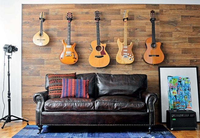As duas guitarras, os dois violões e o bandolim do músico Edu Negrão não são exatamente uma coleção, mas instrumentos de trabalho. O problema é que tudo isso estava no chão, sujeito a poeira e pontapés. A solução para protegê-los foi pregar suportes, específicos para instrumentos, na parede da sala