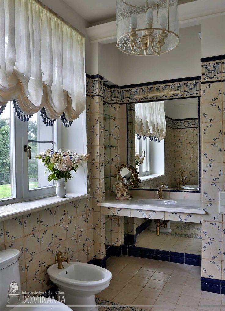 Интерьер ванной комнаты. Бежевая плитка с синим цветочным орнаментом в английском стиле. Раковина, унитаз, биде, Villeroy & Boch. Керамический плинтус насыщенного кобальтового цвета.